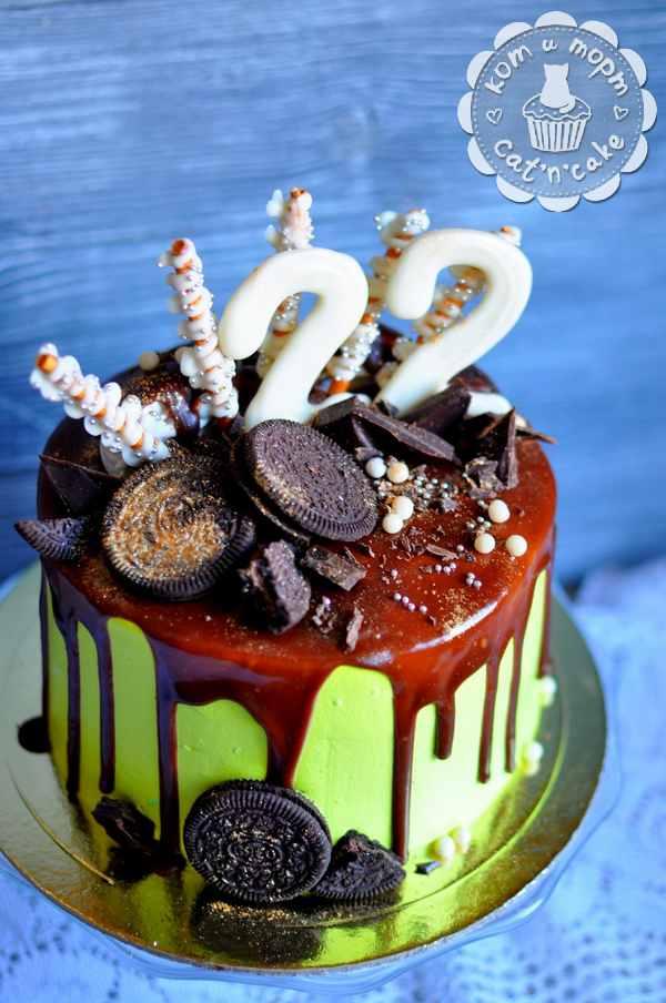Зелёный торт с шоколадным декором
