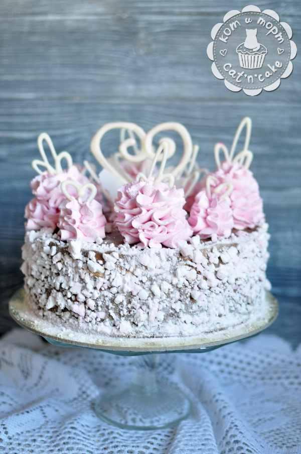 Красивый бело-розовый торт