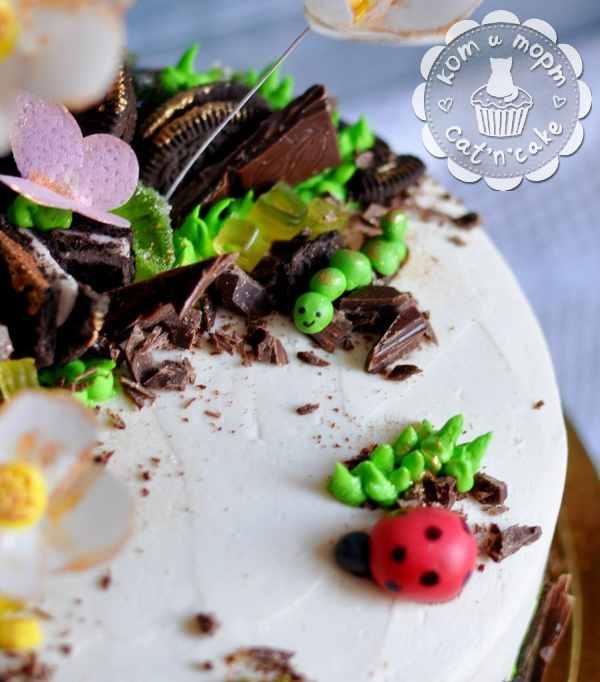 Торт с цветочками, бабочками и гусеничкой-2