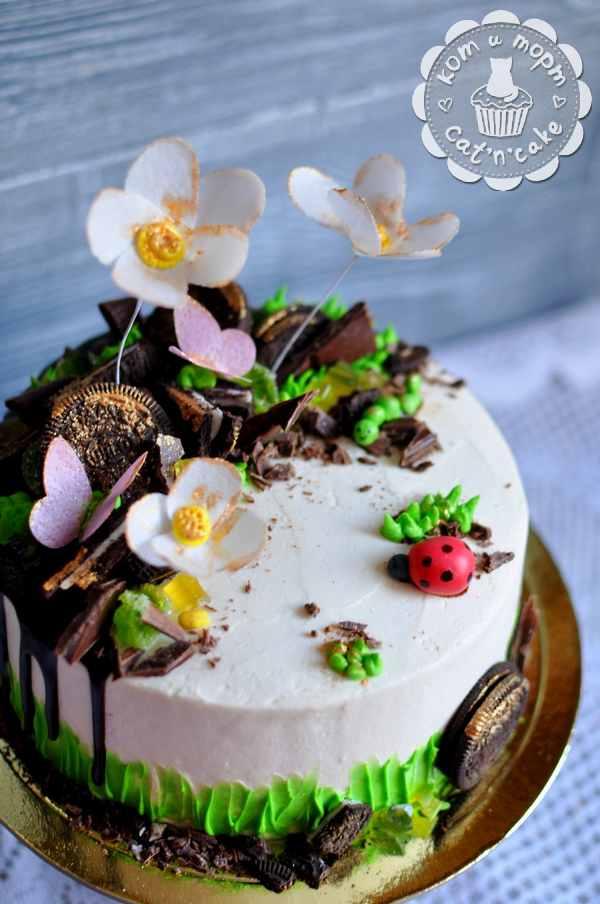 Торт с цветочками, бабочками и гусеничкой