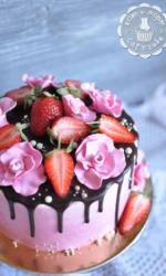 Розовый торт с клубникой и розами-2