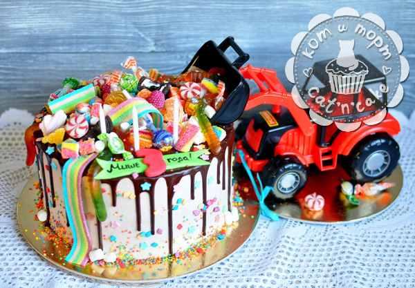 Торт с игрушкой-трактором