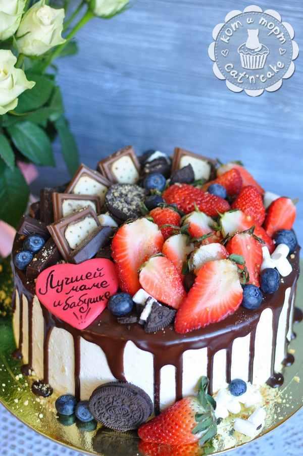 Торт с клубникой, шоколадом и печеньем