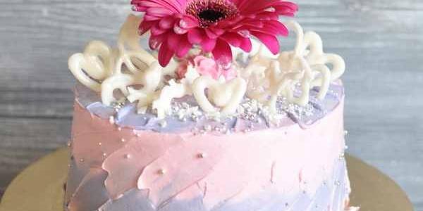 Торт с живым цветком и сердечками