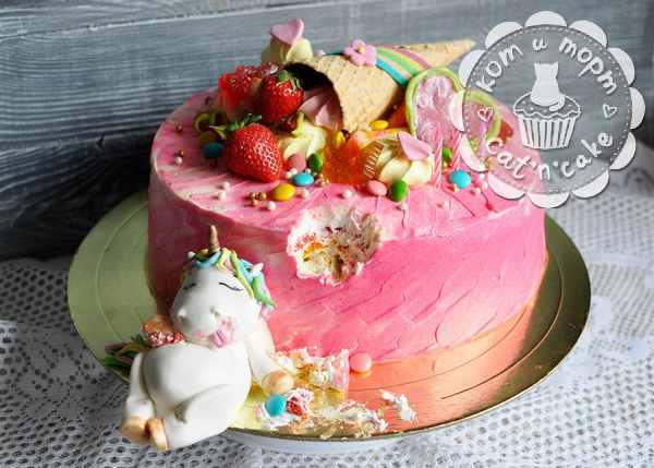 Торт с объевшимся единорогом
