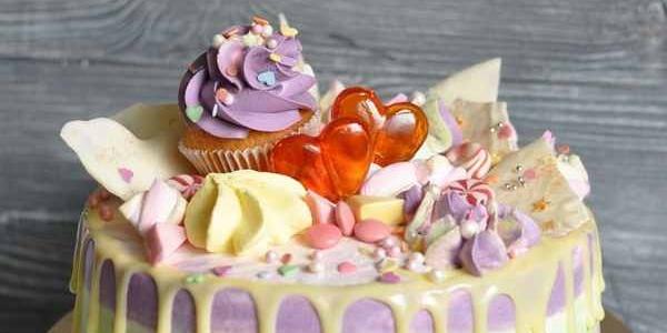 Простой стильный торт с сердечками