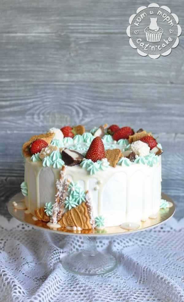 Торт с клубникой и печеньем