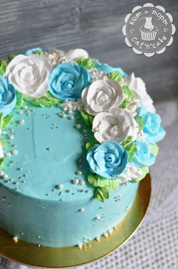 Бело-голубой торт с кремовыми цветами
