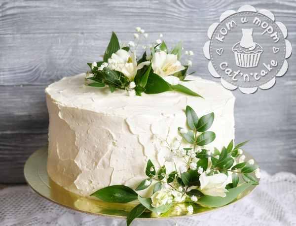 Белый свадебный торт с зеленью и цветами