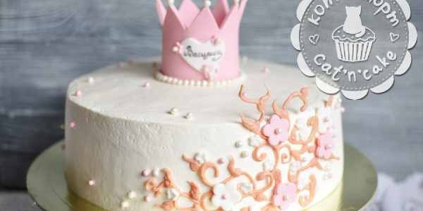 Белый торт с розовой короной