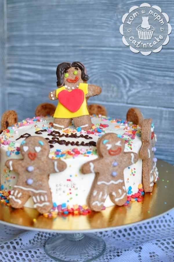 Торт с пряничными человечками