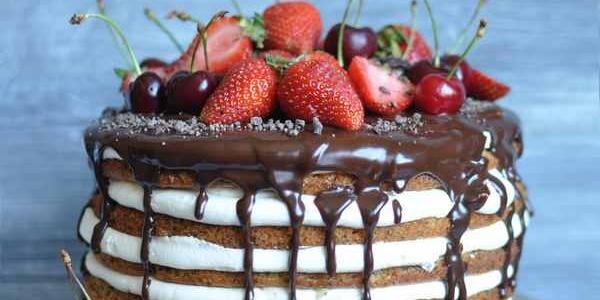 Грубый торт с клубникой и шоколадом