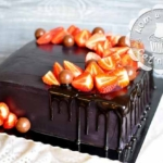 Чёрный квадратный торт с клубникой и шоколадом