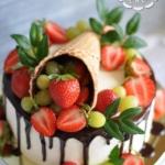 Торт с рожком, клубникой и зеленью