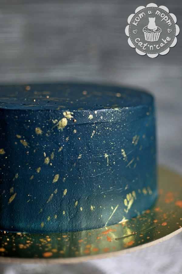 Тёмно-синий торт с золотыми блёстками