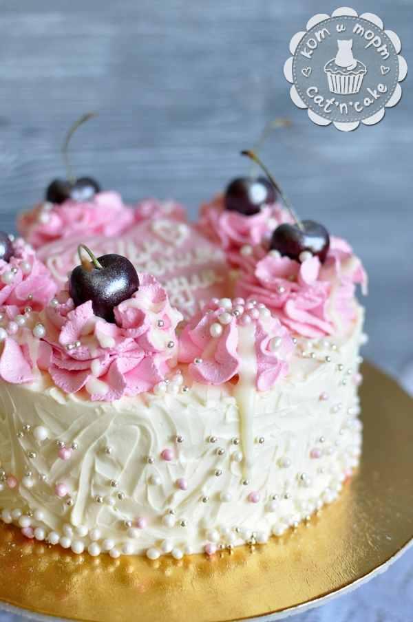 Торт с кремовым декором и черешней