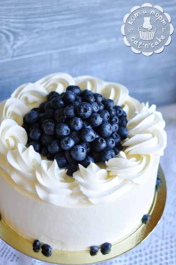 Белый торт с голубикой