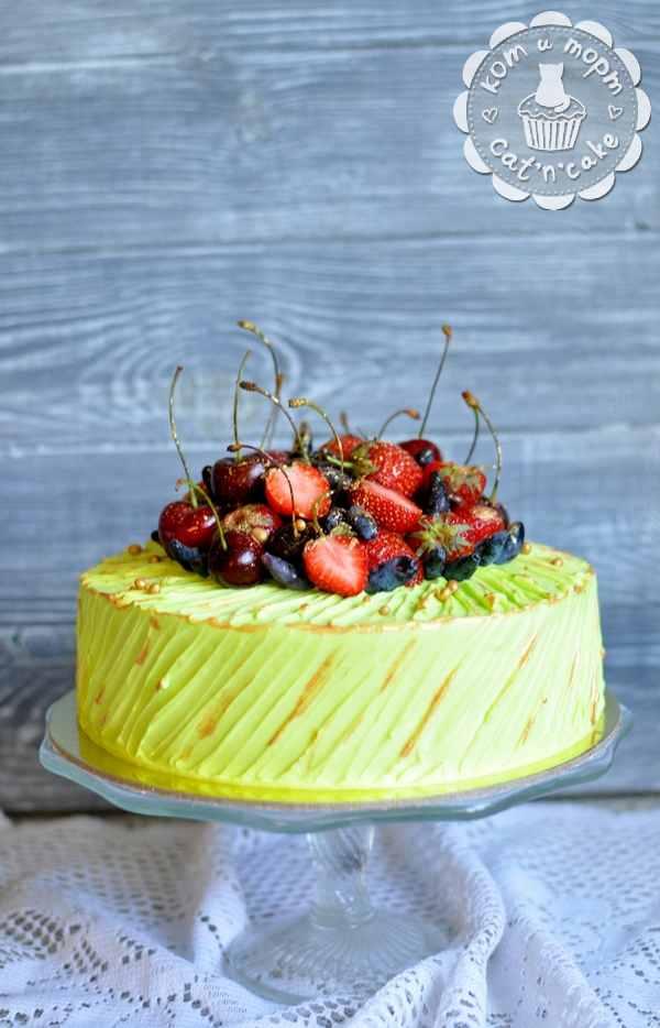 Зелёный торт с клубникой
