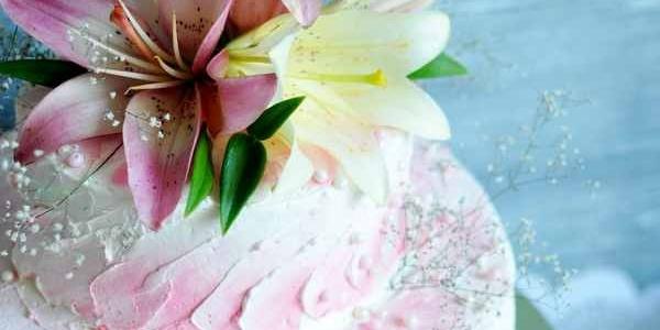 Торт с розовой и белой лилией