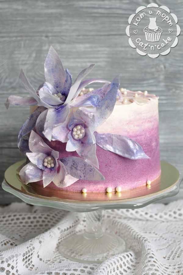 Бело-фиолетовый торт с цветами из сахарной бумаги