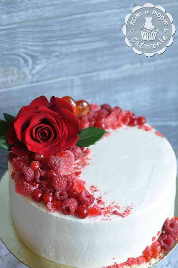 Торт с красной розой и малиной