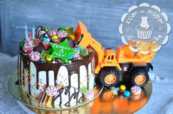 Торт с игрушкой