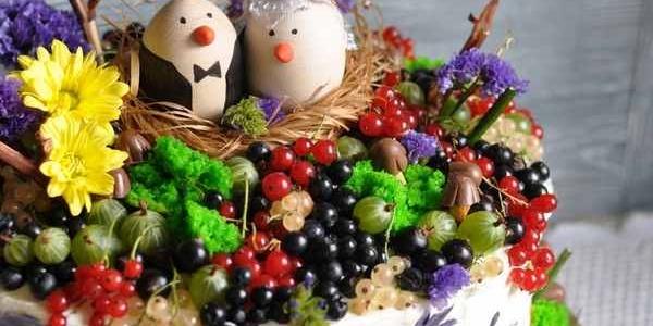 Свадебный ягодный торт с гнездом