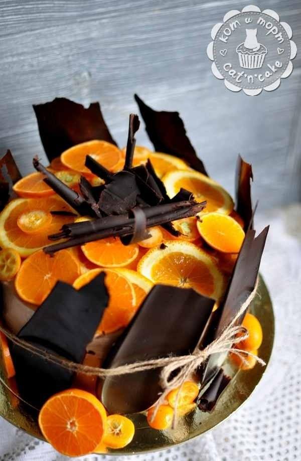 Торт с апельсином и шоколадными перьями