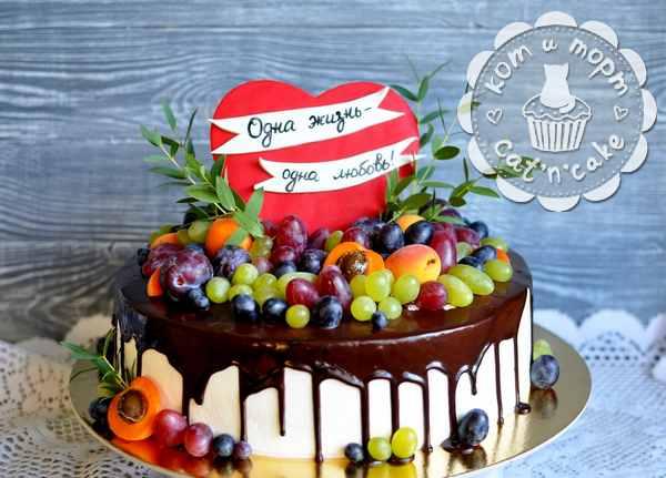 Торт с ягодами и сердцем