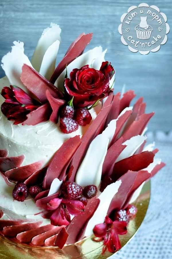 Свадебный торт с красными и белыми перьями