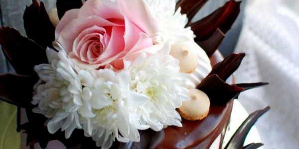 Торт с живой розой и шоколадными перьями