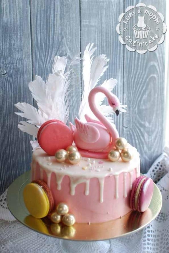 Торт с розовым фламинго и макарунами