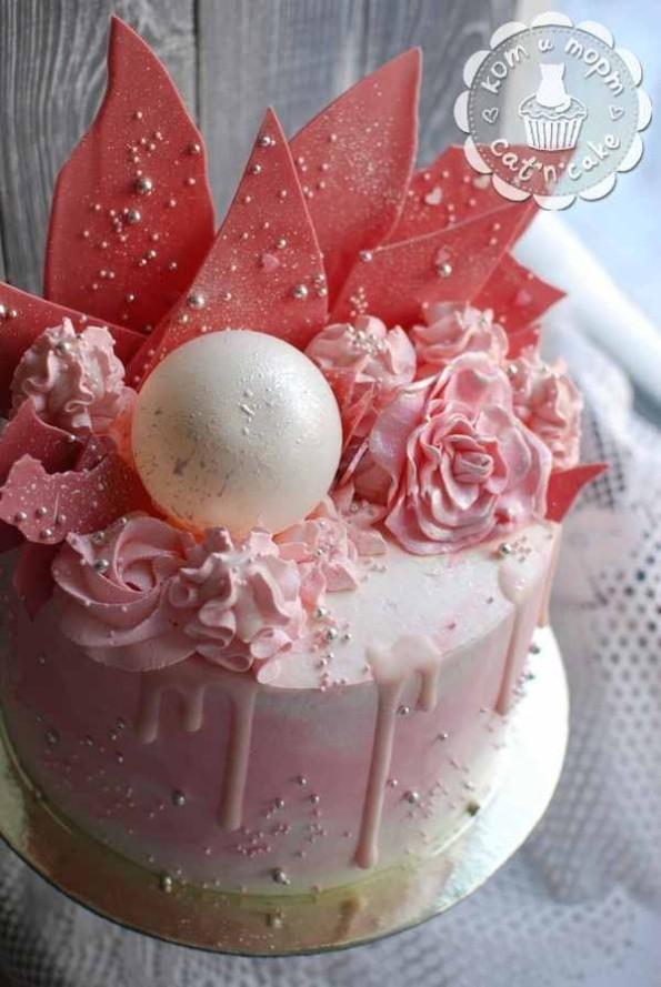 Розовый торт с шаром и перьями