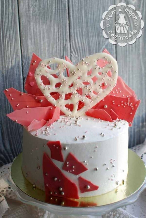 Бело-розовый торт с шоколадными перьями и сердцем