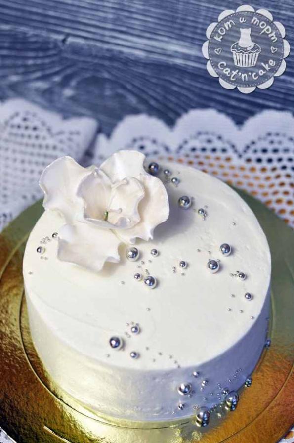 Белый стильный торт с цветком