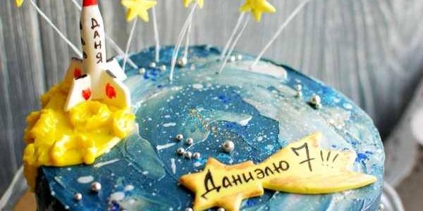 Торт с ракетой и звёздами