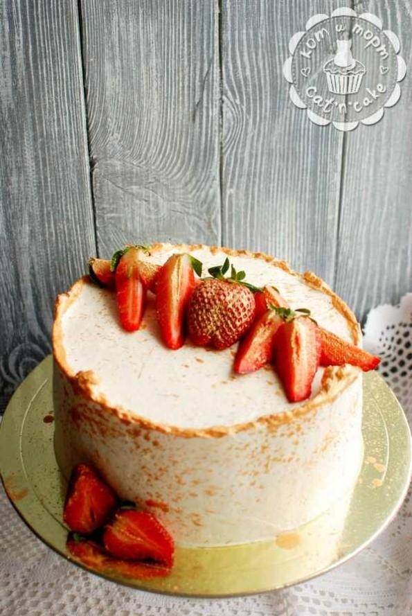 Белый торт с позолоченой клубникой
