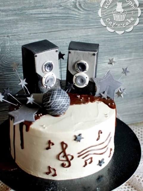 Торт с колонками и микрофоном