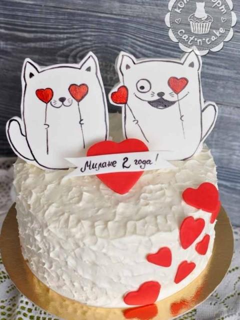 Белый торт с котиками и сердечками