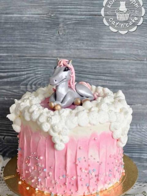 Торт с серебряной лошадкой