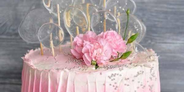 Розовый торт с прозрачными леденцами