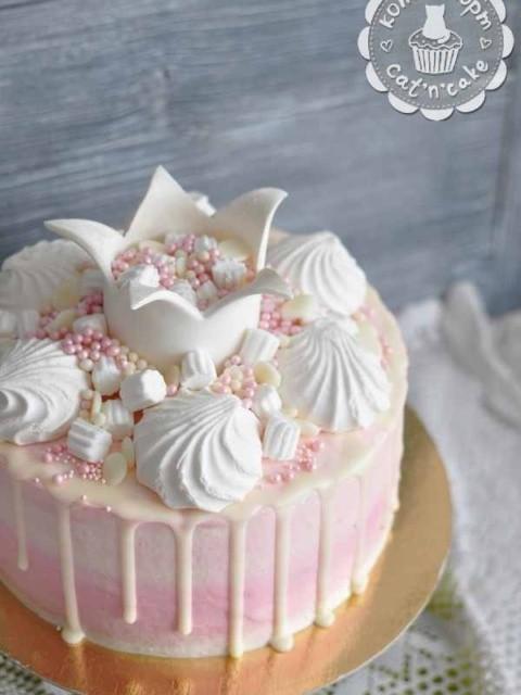 Бело-розовый торт с короной