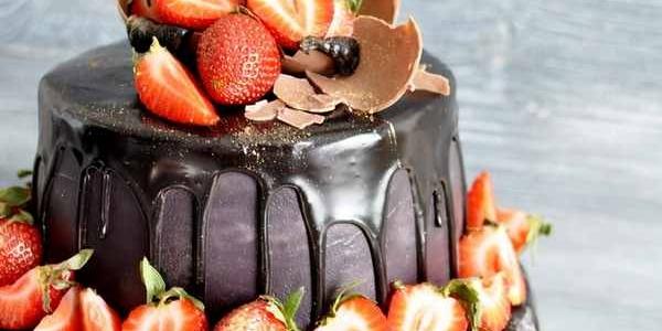 Чёрный двухъярусный торт с клубникой