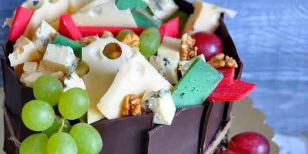 Торт с виноградом, шоколадом и сырами