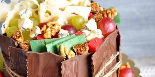 Торт с орехами, виноградом, шоколадом и сырами