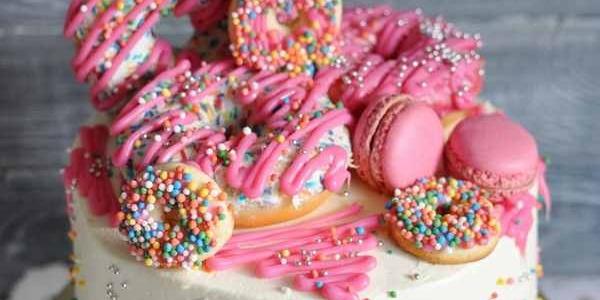 Торт с макарунами и пончиками