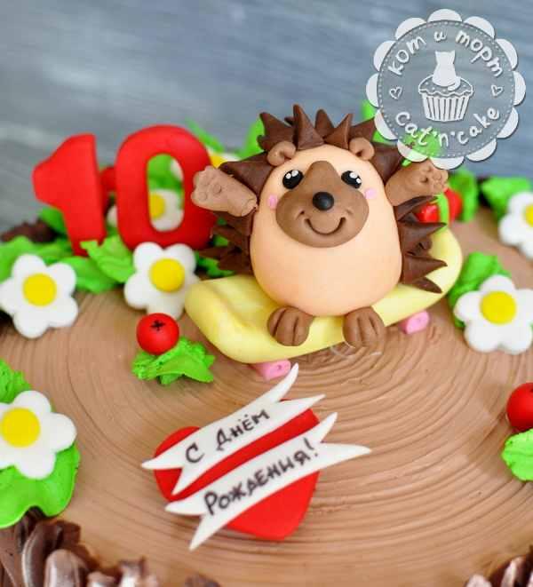 Торт-пень с ёжиком и цветочками