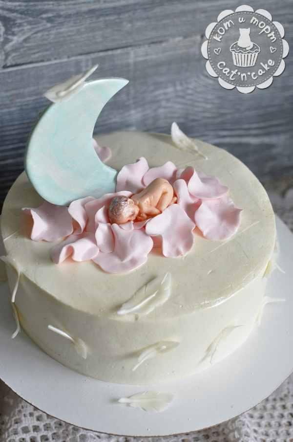 Белый торт с полумесяцем