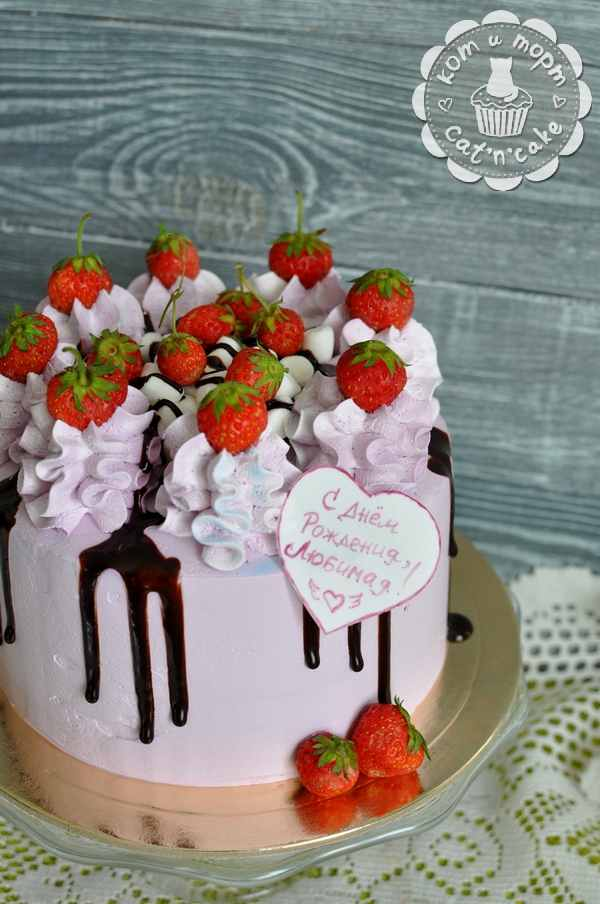 Фиолетовый торт с клубникой
