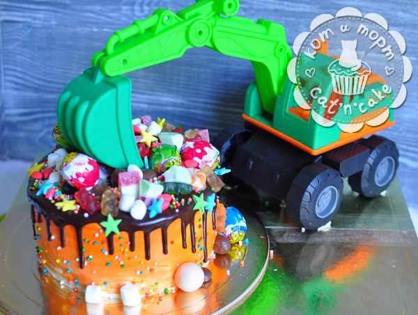 Торт с игрушкой-экскаватором